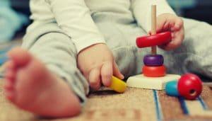 Enfant montessori qui joue