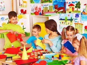 Enfants jouant avec leur maitresse